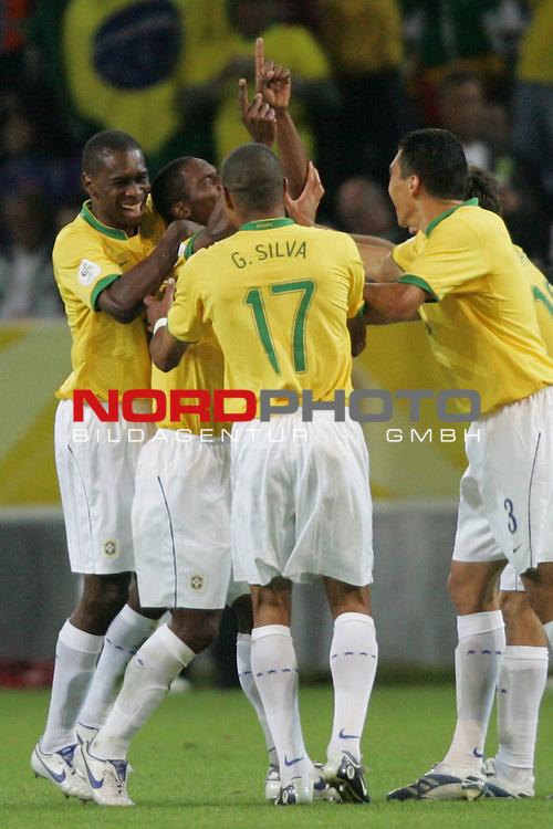 FIFA WM 2006 -  Gruppe F Vorrunde ( Group AF)<br /> Play   #43 (22-Jun) - Japan vs Brasilien 1:4<br /> <br /> Robinho, Gilberto, Gilberto Silva und Lucio (v.l.n.r.:) von Brasilien bejubeln das Tor zum 3:1 durch Gilberto.<br /> <br /> Foto &copy; nordphoto