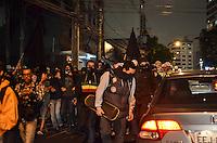 SÃO PAULO, SP, 05 DE NOVEMBRO DE 2013 - PROTESTO ANONYMOUS SP -  Manifestantes, convocados pelo grupo Anonymous, em passeata pela Avenida Paulista região central da capital, na noite desta terça feira, 05. O grupo protesta contra os governos municipais e estaduais. FOTO: ALEXANDRE MOREIRA / BRAZIL PHOTO PRESS