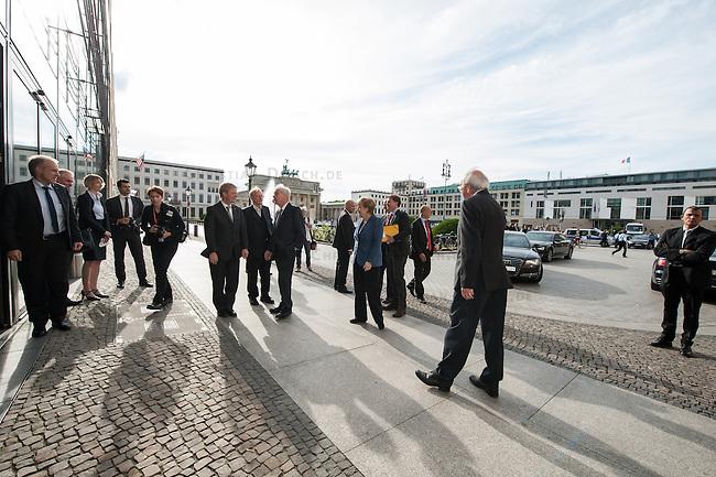 Abschiedsfeier fuer den ehemaligen DGB-Chef Michael Sommer in der Akademie der Kuenste in Berlin.<br /> Am Montag den 2. Juni 2014 kamen Prominente aus Wirtschaft und Politik zu einer feierlichen Verabschiedung des ehemaligen DGB-Chef Michael Sommer in die Akademie der Kuenste.<br /> Sommer war von 2002 bis 2014 Bundesvorsitzender des Deutschen Gewerkschaftsbund DGB.<br /> Im Bild: Michael Sommer (Bildmitte links) und Bundeskanzlerin Angela Merkel (Bildmitte rechts mit blauem Jacke) vor der Akademie der Kuenste.<br /> Links neben Sommer: Klaus Staeck, Praesident der Akademie der Kuenste.<br /> 2.6.2014, Berlin<br /> Copyright: Christian-Ditsch.de<br /> [Inhaltsveraendernde Manipulation des Fotos nur nach ausdruecklicher Genehmigung des Fotografen. Vereinbarungen ueber Abtretung von Persoenlichkeitsrechten/Model Release der abgebildeten Person/Personen liegen nicht vor. NO MODEL RELEASE! Don't publish without copyright Christian-Ditsch.de, Veroeffentlichung nur mit Fotografennennung, sowie gegen Honorar, MwSt. und Beleg. Konto:, I N G - D i B a, IBAN DE58500105175400192269, BIC INGDDEFFXXX, Kontakt: post@christian-ditsch.de]