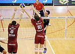 2015-10-28 / Volleybal / seizoen 2015-2016 / Antwerpen - Amigos / Wim Cox (Amigos) tegenover Klein en zijn broer Jolan (10)<br /><br />Foto: Mpics.be