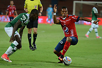 MEDELLÍN - COLOMBIA, 14-09-2017: Yairo Moreno (Der) jugador del Medellín disputa el balón con Didier Delgado (Izq) de Cali durante el partido entre Independiente Medellín y Deportivo Cali por la semifinal ida de la Copa Águila 2017 jugado en el estadio Atanasio Girardot de la ciudad de Medellín. / Yairo Moreno (R) player of Medellin vies for the ball with Didier Delgado (L) player of Cali during first leg match between Independiente Medellin and Deportivo Cali for the semifinal of the Aguila Cup 2017 played at Atanasio Girardot stadium in Medellin city. Photo: VizzorImage/ León Monsalve / Cont