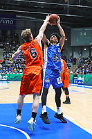 Tai Webster (Fraport Skyliners) gegen Per Guenther (Ratiopharm Ulm) - 18.11.2017: Fraport Skyliners vs. ratiopharm Ulm, Fraport Arena Frankfurt