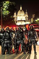 RIO DE JANEIRO, RJ, 10.06.2013 - Um protesto contra o aumento da tarifa de ônibus no Rio de Janeiro mobilizou cerca de 300 pessoas e causou tumulto no centro da cidade, a partir das 17h30 desta segunda-feira. O grupo se concentrou nas escadarias da Câmara Municipal, na Cinelândia, e seguiu dali pela rua Evaristo da Veiga rumo à avenida Presidente Antônio Carlos. O protesto foi pacífico até que o grupo chegou à frente do Fórum. Nesse momento alguns manifestantes começaram a destruir tapumes e a Polícia Militar interveio. A tarifa dos ônibus municipais do Rio passou de R$ 2,75 para R$ 2,95 no dia 1º de junho. (FOTO: SANDRO VOX / BRAZIL PHOTO PRESS)