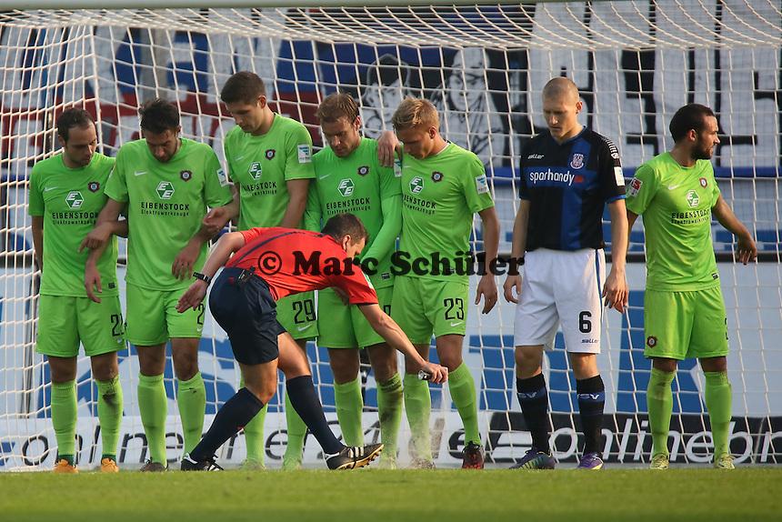 Schiedsrichter Christian Dietz markiert die Stelle mit Freistossspray- FSV Frankfurt vs. FC Erzgebirge Aue, Frankfurter Volksbank Stadion