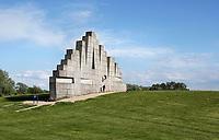 Nederland Spaarwoude  2019. In recreatiegebied Spaarnwoude (tussen IJmuiden, Haarlem en Amsterdam) bevindt zich een kunstobject dat ontworpen is door de Leidse beeldhouwer Frans de Wit in nauwe samenwerking met klimmer Ad van der Horst. Het object is een klimmuur en heeft als doel kunst en recreatie te integreren. De klimmuur bestaat uit 178 betonblokken van 1,2m bij 1,2m. Deze blokken zijn afgietsels van rotsen. . Foto Berlinda van Dam / Hollandse Hoogte