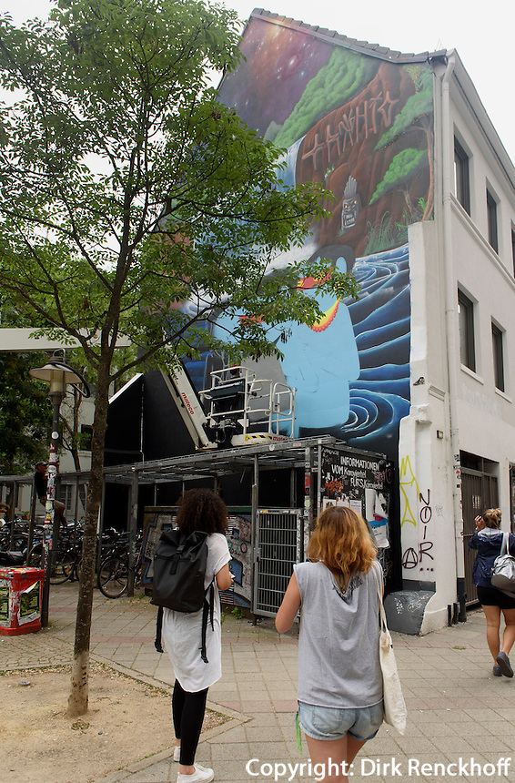 Der brasilianische K&uuml;nstler Cranio malt ein Wandbild in der Marktstra&szlig;e im Karolinenviertel, Hamburg - St.Pauli, Deutschland<br /> The Brasilian artist Cranio paints a mural in the Marktstra&szlig;e in Karolinenviertel, Hamburg - St.Pauli, Germany