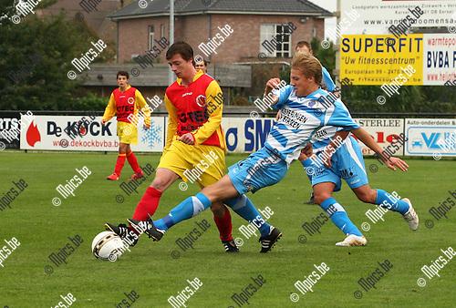 2010-10-17 / Voetbal /  Retie - Oevel / Vani Vanderlinden (achteraan, Retie) strijd om de bal met Jochem Haesendonckx.