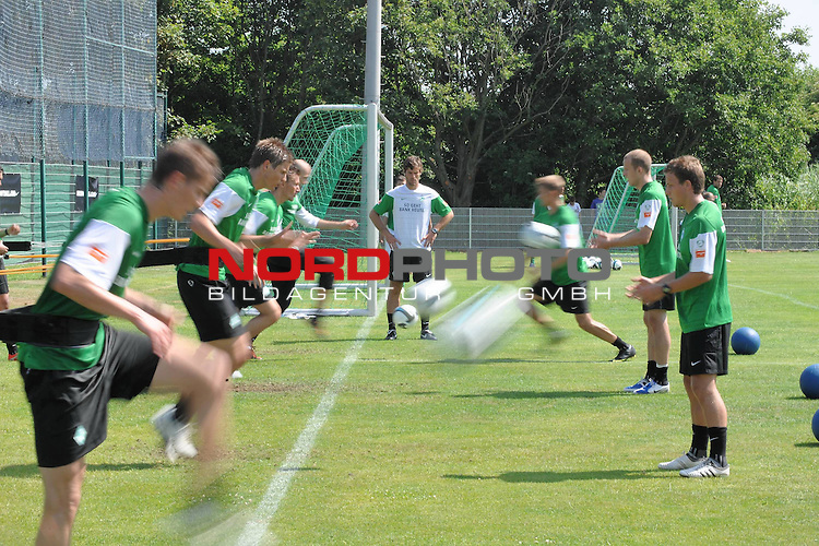 FBL 09/10 Traininglager  Werder Bremen Norderney 2007 Day 03<br /> Konditionstraining Sonntag morgen<br /> <br /> <br /> Konditionstraining featrue verwischt an den Gummib&auml;ndern<br /> <br /> Foto &copy; nph (nordphoto)