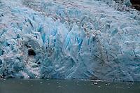 Al sur del estrecho y estirado pa&iacute;s de Chile, al extremo del mundo se encuentra la Patagonia. En la orilla baja del planeta, las regiones de Magallanes y la &Uacute;ltima esperanza presentan paisajes magn&aacute;nimos que evocan el origen primigenio de nuestro h&aacute;bitat.<br /> <br /> Por esta la zona durante el mes de abril, Oto&ntilde;o en el hemisferio sur. Ah&iacute; se puede acceder con gu&iacute;as a Sierra Dorotea; Parque Nacional Torres del Paine; lago Grey y los glaciares de Balmaceda y Serrano y a las Cuevas del Milod&oacute;n. <br /> <br /> Los cielos por la luz clara y n&iacute;tida cambian constantemente por los intensos vientos. Al viajero le permiten contemplar el rojo intenso de un amanecer; arco&iacute;ris completos y luminosos, nubes muy bajas que al desfilar tan cerca del horizonte, parecen tangibles. <br /> <br /> Recorriendo el Parque Nacional Torres del Paine, el visitante puede observar por lagos-espejo y &aacute;rboles de colores, formaciones monta&ntilde;osas milenarias y cascadas poderosas alimentadas por el deshielo de los glaciares.<br /> <br /> Los animales no temen a&uacute;n a la presencia humana, las &aacute;guilas miran de frente y serenas a los visitantes; donde comparten espacio con caballos, zorros, guanacos, caranchos, cara caras y flamencos. La atm&oacute;sfera es transparente, el silencio conmovedor. La presencia de la naturaleza se impone al visitante y el sentimiento que prevalece es de un profundo respeto hacia ella. Al sur del estrecho y estirado pa&iacute;s de Chile, al extremo del mundo se encuentra la Patagonia. En la orilla baja del planeta, las regiones de Magallanes y la &Uacute;ltima esperanza presentan paisajes magn&aacute;nimos que evocan el origen primigenio de nuestro h&aacute;bitat.<br /> <br /> Por esta la zona durante el mes de abril, Oto&ntilde;o en el hemisferio sur. Ah&iacute; se puede acceder con gu&iacute;as a Sierra Dorotea; Parque Nacional Torres del Paine; lago Grey y los glaciares de Balmac