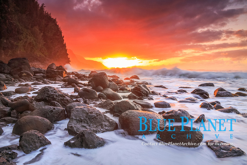Keʻe Beach, at sunset, Haʻena State Park, Na Pali Coast, Kauai, Hawaii, USA, Pacific Ocean