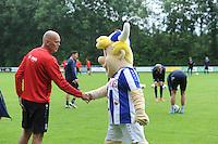 VOETBAL: LANGEZWAAG: 18-06-2016, SC Heerenveen 1e training,  Mascotte Heero en Jurgen Streppel, ©foto Martin de Jong