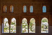 Spanien, Andalusien, Granada: Alhambra - Blick durch Fenster auf die Stadt | Spain, Andalusia, Granada: Alhambra