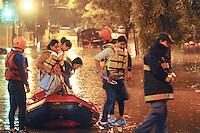 SAO BERNARDO DO CAMPO, SP, 19 Janeiro 2012.Av Rudge Ramos alagada bombeiros retira passageiros de onibus   .  (FOTO: ADRIANO LIMA - NEWS FREE)