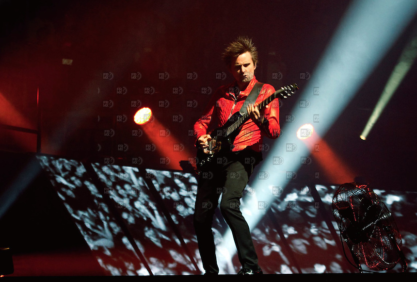 CIUDAD DE M&Eacute;XICO, octubre 18, 2013.   Matthew James Bellamy cantante del grupo brit&aacute;nico Muse, participa durante su concierto en Palacio de los Deportes de la  Ciudad de M&eacute;xico, el 18 de octubre de 2013. Muse present&oacute; el primero de sus tres conciertos de su gira mundial, The 2nd Law,  en la Ciudad de M&eacute;xico.  FOTO: ALEJANDRO MEL&Eacute;NDEZ<br /> <br /> MEXICO CITY, October 18, 2013. Matthew James Bellamy Muse singer of the British group, participates during his concert at Palacio de los Deportes in Mexico City, on October 18, 2013. Muse presented the first of three concerts of his world tour, The 2nd Law, in Mexico City. PHOTO: ALEJANDRO MELENDEZ