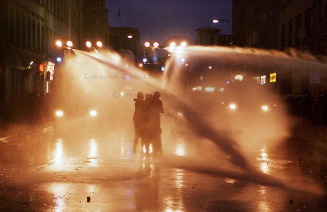 Mehr als 10.000 Menschen kamen zur sogenannten Revolutionaeren 1. Mai-Demonstration nach Berlin-Kreuzberg. Die Polizei loeste ohne ersichtlichen Grund die Demonstration mit willkuerlichen Festnahmen und Wasserwerfereinsatz auf dem Oranienplatz auf.<br /> Hier: Jugendliche im Strahl zweier Wasserwerfer.<br /> 1.5.2000, Berlin<br /> Copyright: Christian-Ditsch.de<br /> [Inhaltsveraendernde Manipulation des Fotos nur nach ausdruecklicher Genehmigung des Fotografen. Vereinbarungen ueber Abtretung von Persoenlichkeitsrechten/Model Release der abgebildeten Person/Personen liegen nicht vor. NO MODEL RELEASE! Nur fuer Redaktionelle Zwecke. Don't publish without copyright Christian-Ditsch.de, Veroeffentlichung nur mit Fotografennennung, sowie gegen Honorar, MwSt. und Beleg. Konto: I N G - D i B a, IBAN DE58500105175400192269, BIC INGDDEFFXXX, Kontakt: post@christian-ditsch.de<br /> Bei der Bearbeitung der Dateiinformationen darf die Urheberkennzeichnung in den EXIF- und  IPTC-Daten nicht entfernt werden, diese sind in digitalen Medien nach &sect;95c UrhG rechtlich gesch&uuml;tzt. Der Urhebervermerk wird gemaess &sect;13 UrhG verlangt.]