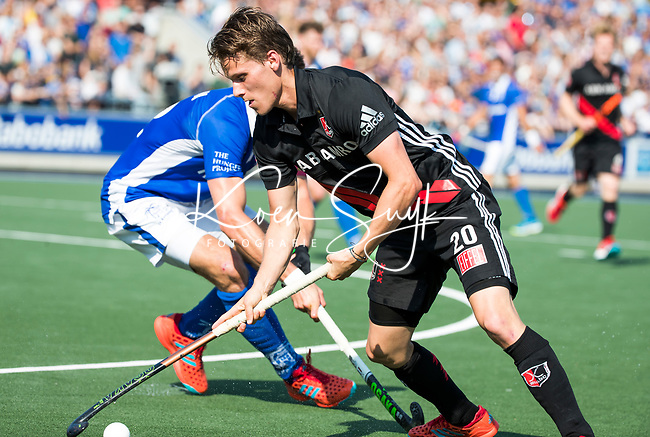 UTRECHT - Tijn Lissone (A'dam) met Sander de Wijn (Kampong) ,   tijdens   de finale van de play-offs om de landtitel tussen de heren van Kampong en Amsterdam (3-1). Kampong kampioen van Nederland. COPYRIGHT  KOEN SUYK