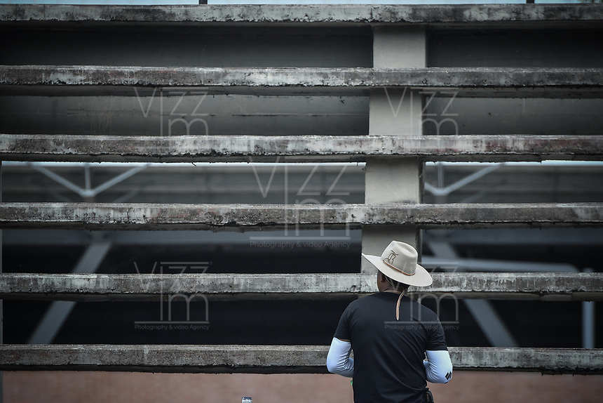 VILLAVICENCIO - COLOMBIA. 13-10-2018: Un hombre observa las competencias durante el 22 encuentro Mundial de Coleo en Villavicencio, Colombia realizado entre el 11 y el 15 de octubre de 2018. / A man watches the competitions during the 22 version of the World  Meeting of Coleo that takes place in Villavicencio, Colombia between 11 to 15 of October, 2018. Photo: VizzorImage / Gabriel Aponte / Staff