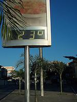 Rio de Janeiro (RJ) 25.07.2012. Clima / Temperatura. - Na Avenida Dom Helter Camara, no Bairro de Piedade Zona Norte do Rio de Janeiro,Hoje Pela manhã um Termômetro Digital Marca 23 Graus. Foto: Arion Marinho /  Brazil Photo Press.