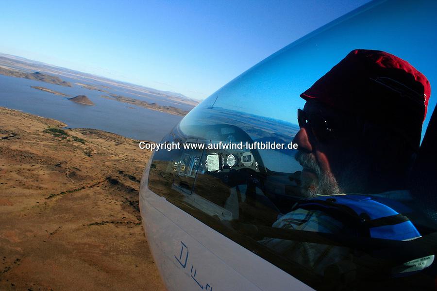 4415 / Segelfliegen: AFRIKA, SUEDAFRIKA, 09.01.2007: Segelfliegen, Cockpit, Duo , ueber dem See von Gariepdam