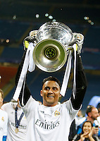 Calcio, finale di Champions League: Real Madrid vs Atletico Madrid. Stadio San Siro, Milano, 28 maggio 2016.<br /> Real Madrid&rsquo;s goalkeeper Keylor Navas holds up the Champions League trophy at the end of the final match against Atletico Madrid, at Milan's San Siro stadium, 28 May 2016. Real Madrid won 5-4 on penalties after the game ended 1-1.<br /> UPDATE IMAGES PRESS/Isabella Bonotto