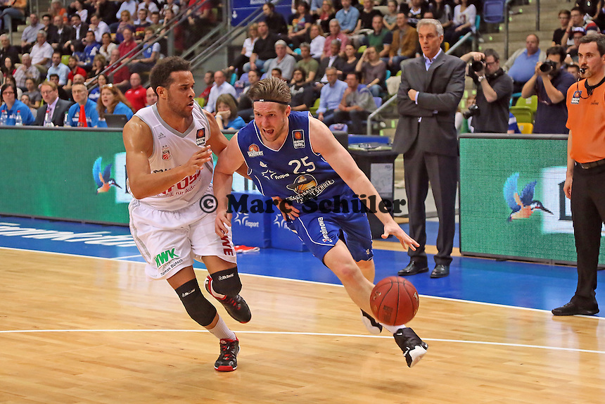 Jacob Burtschi (Skyliners) gegen Elias Harris (Bamberg) - Fraport Skyliners vs. Brose Baskets Bamberg, Fraport Arena Frankfurt