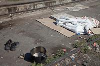 Grecia  Patrasso 2011 rifugiati afghani in un improvvisato campo in una stazione ferroviaria abbandonata <br /> Grece ville de Patras  2011 - refugies afghans dans une gare abandonnee