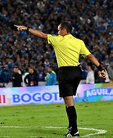 BOGOTA - COLOMBIA - 13 – 12 - 2017: Luis Sanchez, arbitro, durante partido de ida de la final entre Millonarios y el Independiente Santa Fe, por la Liga Aguila II-2017, jugado en el estadio Nemesio Camacho El Campin de la ciudad de Bogota. / Luis Sanchez, referee, during a match of the first leg of the final between Millonarios and Independiente Santa Fe, for the Liga Aguila II-2017 played at the Nemesio Camacho El Campin Stadium in Bogota city, Photo: VizzorImage / Luis Ramirez / Staff.