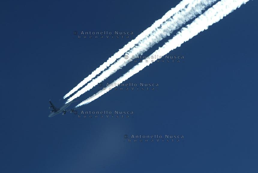 Un aereo di linea  in volo ad alta quota