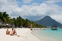 MUS, Mauritius, Black River, Flic en Flac: Strand des Sugar Beach Resort, im Hintergrund Tamarin Mountain | MUS, Mauritius, Black River, Flic en Flac: beach at Sugar Beach Resort with Tamarin Mountain
