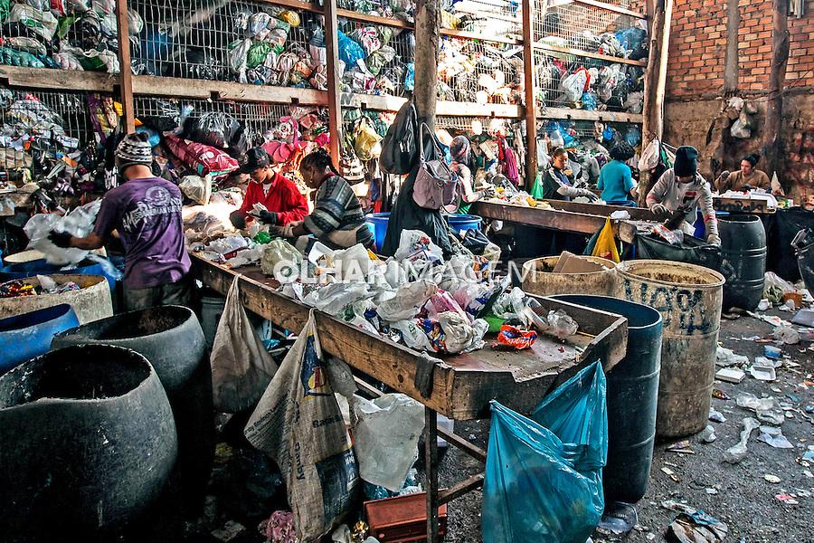 Trabalho de reciclagem de lixo. Moradores do Morro da Tuca em Porto Alegre. Rio Grande do Sul. 2015. Foto de Ubirajara Machado.