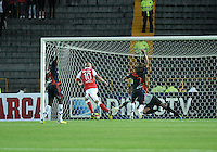 BOGOTA - COLOMBIA-11-05-2013: Omar Perez (Izq.) jugador del Independiente Santa Fe anota gol a Hector Landazuri (Der.) portero de Boyaca Chico F.C., durante partido en el estadio Nemesio Camacho El Campin de la ciudad de Bogota, mayo 11 de 2013. Independiente Santa Fe y Boyaca Chico F.C., durante partido por la fecha 15 de la Liga Postobon I. (Foto: VizzorImage / Luis Ramirez / Staff). Omar Prerez (L) player of Independiente Santa Fe scored a goal to Hector landazuri (R) from Boyaca Chico F.C., during game in the Nemesio Camacho El Campin stadium in Bogota City, May 11, 2013. Independiente Santa Fe and Boyaca Chico F.C., during match for the round 15 of the Postobon League I. (Photo: VizzorImage / Luis Ramirez / Staff)..
