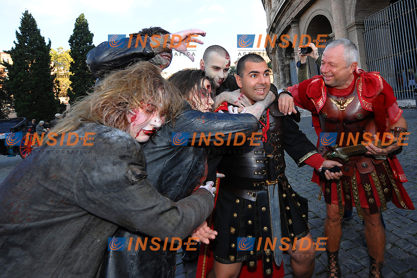 """Roma 24/10/2010.Some Zombie Atmosphere actors and two gladiators near colosseo. Actors are promoting the Tv serial """"The Walking Dead""""..Foto Andrea Staccioli / Insidefoto"""