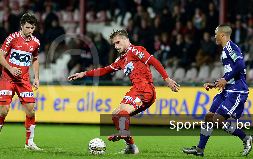 KV Kortrijk - RSC Anderlecht : Thanasis Papazoglou (midden) aan de bal voor Stijn De Smet (links) en Youri Tielemans (r) <br /> Foto VDB / Bart Vandenbroucke