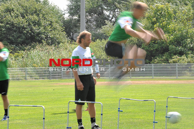 FBL 09/10 Traininglager  Werder Bremen Norderney 2009 Day 04 Training vormittag<br /> <br /> <br /> Feature verwischt,  im Hintergrund Wolfgang Rolff ( Bremen - Co - Trainer  GER)<br /> <br /> <br /> Foto &copy; nph (nordphoto)