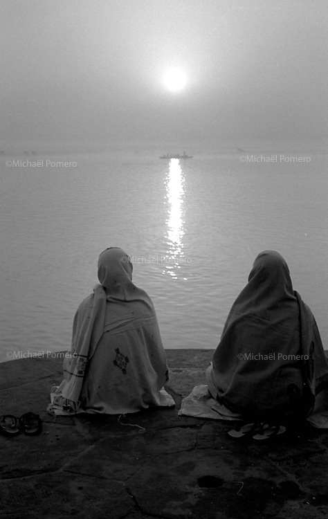 Varanasi (Uttar Pradesh)<br /> <br /> Two women meditating near Ganga river at sunrise.<br /> <br /> Deux femmes en train de méditer près du Gange au levé du soleil.