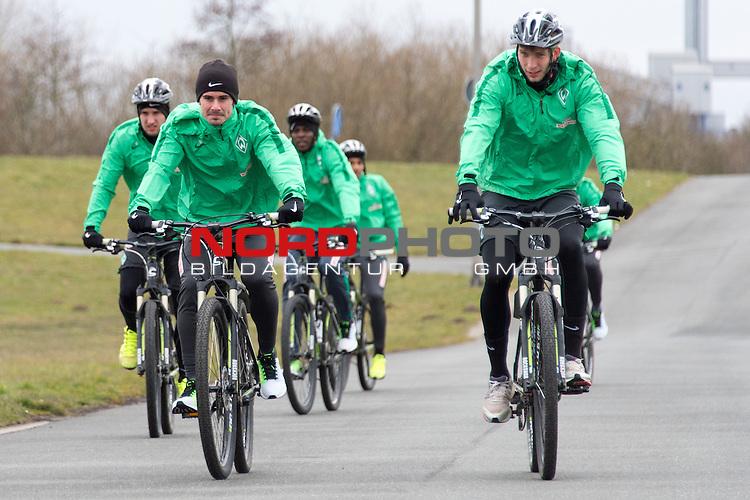 20.03.2016, Werdersee, Bremen, GER, 1.FBL, Training Werder Bremen<br /> <br /> im Bild<br /> Fin Bartels (Bremen #22), Levin &Ouml;ztunali / Oeztunali (Bremen #11), Papy Djilobodji (Bremen #3), Felix Wiedwald (Bremen #42) bei Radtour um den Werdersee, <br /> <br /> Foto &copy; nordphoto / Ewert