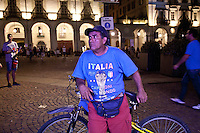 01/07/2012 Finale dei campionati europei di calcio 2012  Italia - Spagna: delusione dei tifosi in piazza a Torino. Un tifoso in piazza con la magiletta della nazionale italiana e la sua bicicletta.
