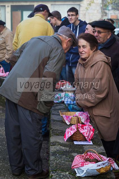 Europe, France, Midi-Pyrénées (46) Lot, Limogne-en-Quercy: Marché aux truffes // France, Midi Pyrenees, Lot , Limogne en Quercy: Winter  truffle market