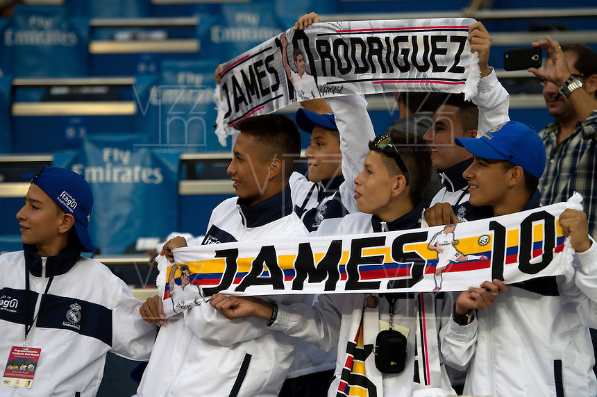 MADRID - ESPAÑA - 23-09-2014: Hinchas del Real Madrid animan a James Rodriguez durante partido de la Liga de España, Real Madrid y Elche en el estadio Santiago Bernabeu de la ciudad de Madrid, España. / Fans of Real Madrid encourage to James Rodriguez during a match between Real Madrid and Elche for the Liga of Spain in the Santiago Bernabeu stadium in Madrid, Spain Photo: Asnerp / Patricio Realpe / VizzorImage.