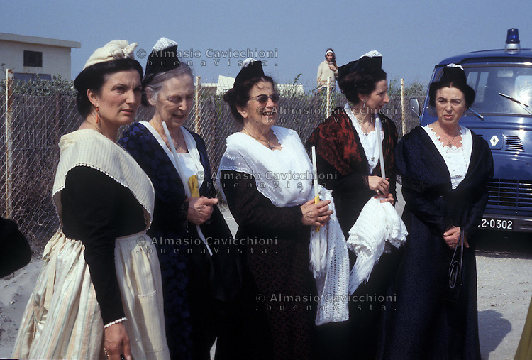 24-25 MAG 1978 - Saintes Maries de la Mer (Camargue):  abitanti di Arles in costume tradizionale partecipano al raduno annuale internazionale di zingari provenienti da tutta Europa in occasione della festa di santa Sara, loro patrona.MAY 24-25 1978 -  Saintes Maries de la Mer (Camargue): Arles people with the traditional dressing participate to the annual gathering of the gypsies coming from all over Europe to venerate their patron saint, Sarah.