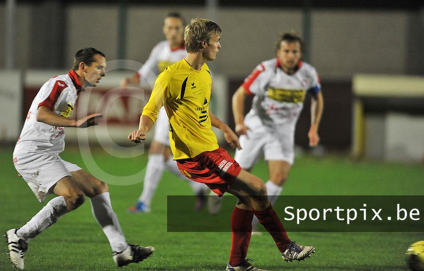 OMS Ingelmunster - FC Gullegem : Rico Jordi aan de bal voor Wouter Commeyne (links)<br /> foto VDB / Bart Vandenbroucke
