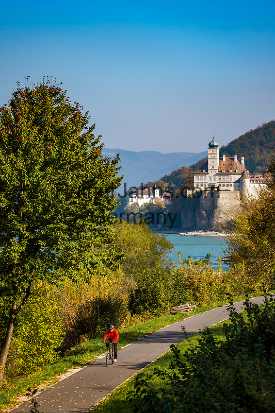 Oesterreich, Niederoesterreich, Kulturlandschaft Wachau - UNESCO Weltkultur- und -naturerbe, Schoenbuehel-Aggstein: mit dem Fahrrad unterwegs auf dem Donauradweg Passau-Wien, auf der rechten Seite der Donau vorbei am Schloss und Kloster Schoenbuehel | Austria, Lower Austria, Wachau Cultural Landscape - UNESCO World's Cultural and Natural Heritage, Schoenbuehel-Aggstein: following the Danube Bicycle Route Passau-Vienna passing Schoenbuehel Castle and Abbey on the right banks of river Danube