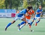 UTRECHT - Terrance Pieters (Kampong) met Tim Swaen (Bldaal)   tijdens de hoofdklasse competitiewedstrijd mannen, Kampong-Bloemendaal (2-2) . ) . COPYRIGHT KOEN SUYK