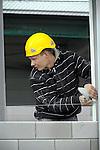 HARDERWIJK - In Harderwijk werken medewerkers van Dijkham Bouw aan een nieuwe autoshowroom met technisch centrum en kantoren. Het in opdracht van Broekhuis Holding door Bronsvoort Blaak Architecten uit Amerongen ontworpen complex gaat ruimte bieden aan diverse autodealers en een leasemaatschappij.  COPYRIGHT TON BORSBOOM
