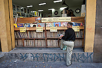SAO PAULO, 21 DE JULHO DE 2012 -COTIDIANO LOJA DE DISCOS - Popular observa discos de vinil exposto para venda em uma loja do ramo na sao joao, centro da capital paulista.<br /> FOTO VAGNER CAMPOS BRAZIL PHOTO PRESS
