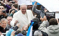 Papa Francesco saluta i fedeli al suo arrivo all'udienza generale del mercoledi' in Piazza San Pietro, Citta' del Vaticano, 5 febbraio 2014.<br /> Pope Francis waves to faithful as he arrives for his weekly general audience in St. Peter's Square at the Vatican, 5 February 2014.<br /> UPDATE IMAGES PRESS/Riccardo De Luca<br /> <br /> STRICTLY ONLY FOR EDITORIAL USE