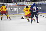iMannheims Chad Kolarik (Nr.42) trifft zum 1:0 gegen Duesseldorfs Mathias Niederberger (Nr.35)  beim Spiel in der DEL, Adler Mannheim (blau) - Duesseldorfer EG (gelb).<br /> <br /> Foto © PIX-Sportfotos *** Foto ist honorarpflichtig! *** Auf Anfrage in hoeherer Qualitaet/Aufloesung. Belegexemplar erbeten. Veroeffentlichung ausschliesslich fuer journalistisch-publizistische Zwecke. For editorial use only.