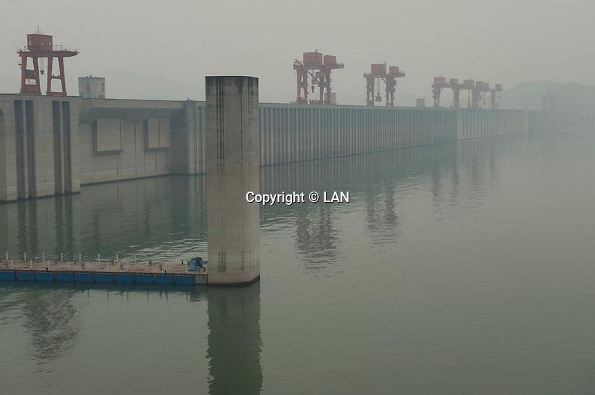 Daytime landscape view of the Chángjiāng Sānxiá Dàbà on the Cháng Jiāng in the Yiling District of Yichang in Hubei province.  © LAN