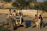 INDIA Rajasthan, tractor on the road / INDIEN Rajasthan, Traktor auf einer Strasse