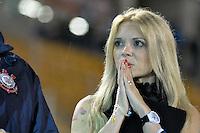 SÃO PAULO, SP, 18 DE JANEIRO DE 2012 - AMISTOSO CORINTHIANS x PORTUGUESA - Katia Bagnarelli recebe placa em homenagem ao seu marido Socrates, pouco antes da partida amistosa entre Corinthians x Portuguesa, realizado no Estádio Paulo Machado de Carvalho (Pacaembú). FOTO: LEVI BIANCO - NEWS FREE